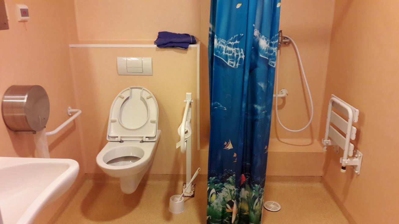 Łazienka-w-sali-szpitalnej-w-Instytucie-Reumatologii-w-Warszawie