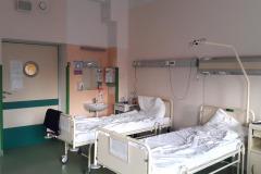 Sala-szpitalna-w-Instytucie-Reumatologii-widok-na-wejście