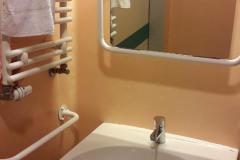 Umywalka-w-łazience-w-sali-szpitalnej-w-Instytucie-Reumatologii-w-Warszawie